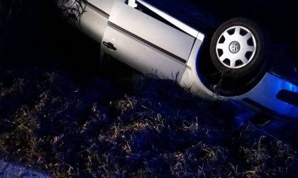 Auto ribaltata donna salvata dai passanti
