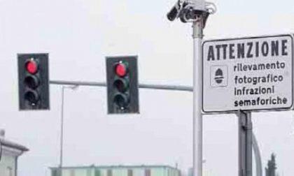 Arriva il T-red al semaforo, raffica di multe