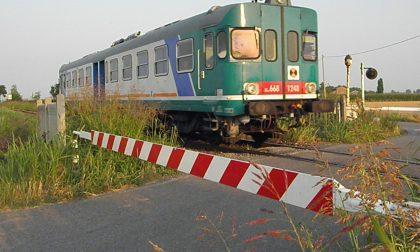 Auto contro le barriere ferroviarie, illeso il conducente