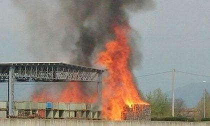 Incendio Novagli, al lavoro decine di pompieri