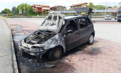 Carpenedolo, auto in fiamme al Lidl