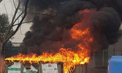 Cassonetti in fiamme davanti al Tennis Club