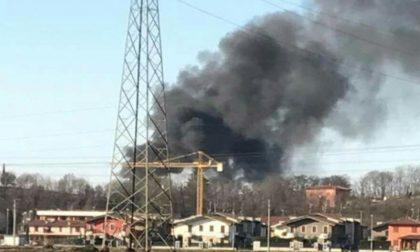 Fumo denso, in fiamme una legnaia