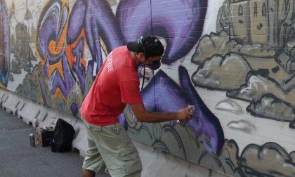 Giovani imbrattano i muri, ma avevano il permesso del sindaco