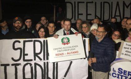 I monteclarensi in protesta davanti l'Ex Caserma Serini