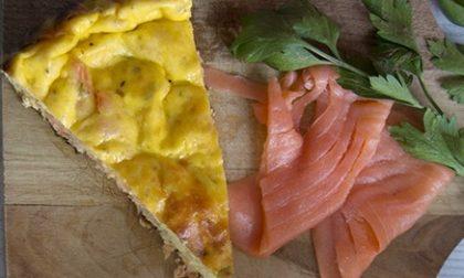 La ricetta della frittata estiva: salmone e aromi