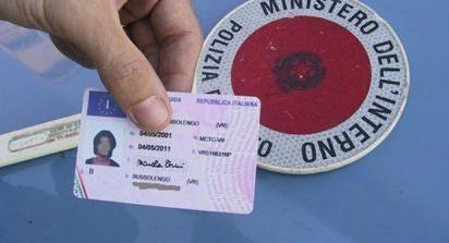 """Esame della patente con """"suggeritore"""", nei guai un indiano e un pakistano"""