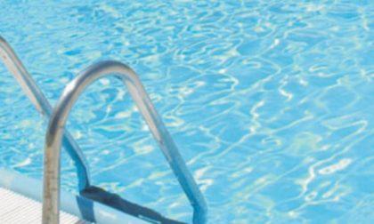 Si tuffa in piscina nonostante il divieto: è gravissimo