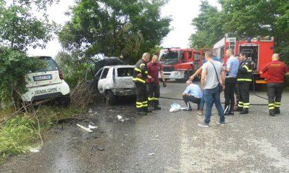 Via Scoler, auto in fiamme dopo un frontale