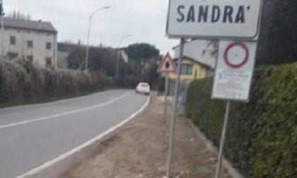 30 famiglie isolate: non c'è il marciapiede...