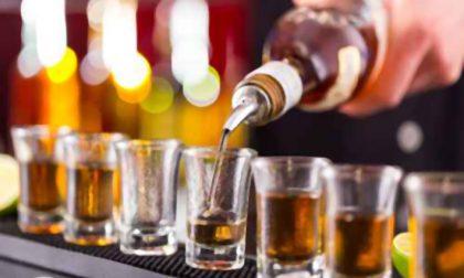 Servono alcolici ai minori: nei guai un bar di Rudiano
