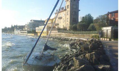Barca contro gli scogli a Desenzano