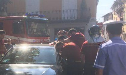 Bimbo resta chiuso in macchina, arrivano i pompieri