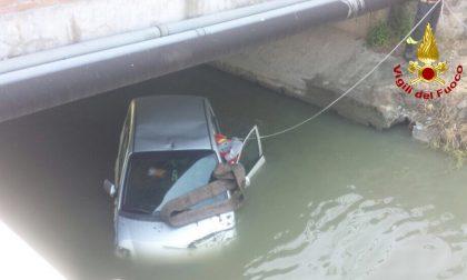 Finisce con l'auto nel canale