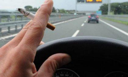 Fumi in auto? Fino a 500 euro di multa