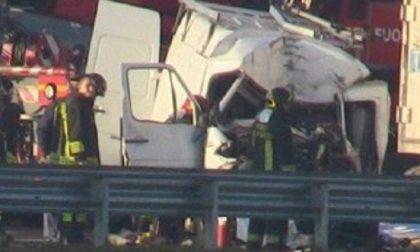 Il camionista è morto sul colpo