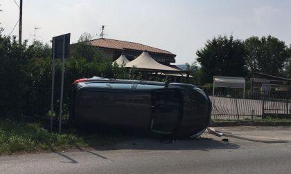Incidente a Manerba, auto ribaltata