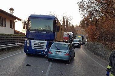 Incidente in via Europa, auto contro tir