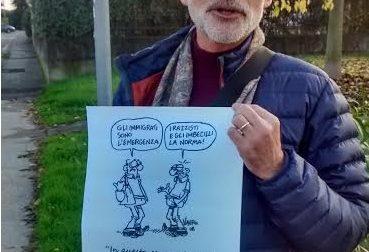 Protesta da solo contro l'intolleranza a Desenzano