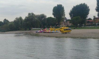 Cade deltaplano nel lago: disperso il pilota