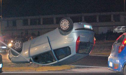 Auto si ribalta sulla rotonda dopo lo scontro