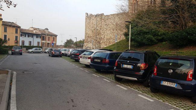 Oltre 200 firme contro i parcheggi a pagamento