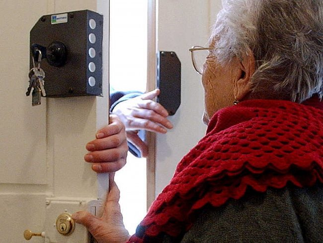 Entra in casa, aggredisce anziana di 89 anni e la deruba