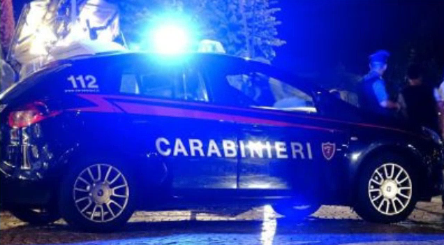 Ubriaco si denuda e dà in escandescenze al bar