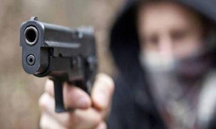 Rapina a mano armata: delinquente scappa con migliaia di euro