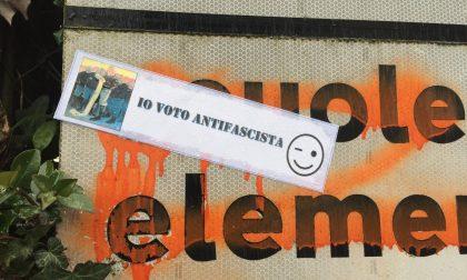 A Manerbio adesivi antifascisti sui cartelli stradali