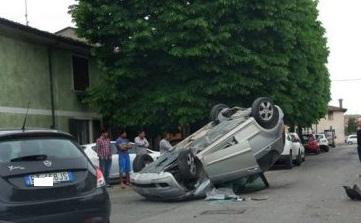 Auto ribaltata nel centro di Ghedi