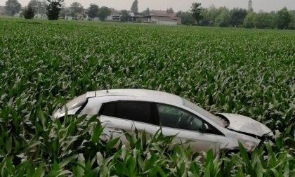 Auto ribaltata a Rovato, finisce in mezzo al campo