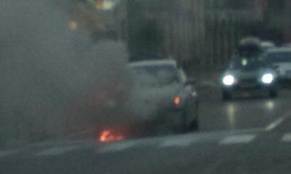 Incidente a Clusane, auto a fuoco e traffico in tilt