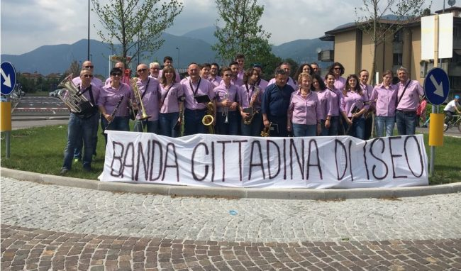 Giro d&#8217&#x3B;Italia, Iseo in festa &#8211&#x3B; GALLERY dell&#8217&#x3B;allegria per strada