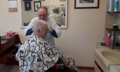 Giuliano Sansoni, da oltre settant'anni è il barbiere dei pozzolenghesi