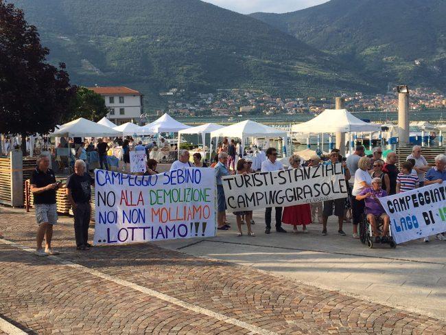 Il diritto dei campeggiatori stanziali: manifestazione a Clusane &#8211&#x3B; I VIDEO
