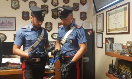 Rubano le scarpe in un negozio, ma il Carabiniere li vede