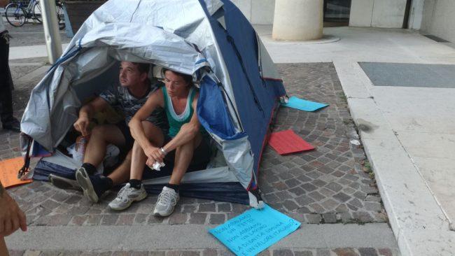 Accampati in piazza a Calcinato, rifiutano due alloggi per non stare divisi