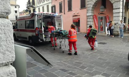 Donna cade in bici a Desenzano, trasportata in ospedale