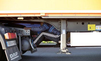 Nascosti in un rimorchio per arrivare in Italia, fermati due 19enni afgani