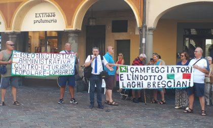 Campeggiatori di Iseo ancora in piazza contro l'ordinanza di demolizione VIDEO