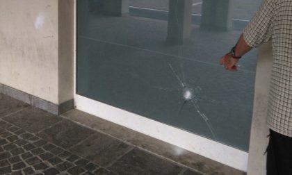 Rompe vetrina in piazza del Granaio a Chiari: espulso