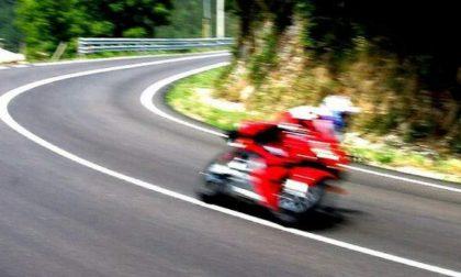 Motociclista percorre la gardesana alla folle velocità di 135 km/h