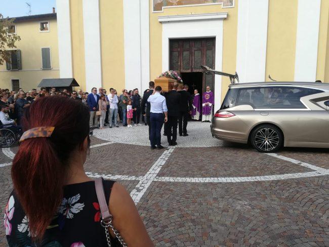 Una folla commossa ai funerali di Laura, deceduta dopo un incidente