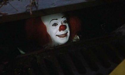 Clown armato di coltello scatena il panico in città