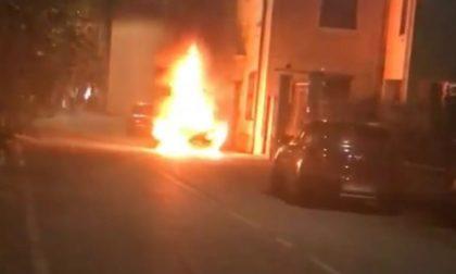 Auto in fiamme nel centro di Provaglio