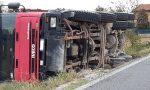 Due camion si incrociano in strada Borgosatollo, uno finisce ribaltato
