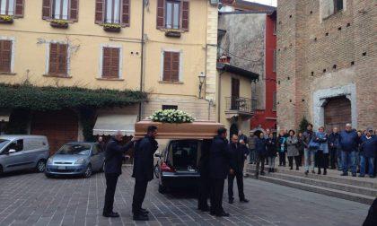 Una folla sileziosa ai funerali del cardiologo di Salò