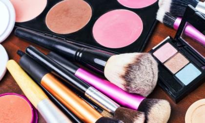 Ruba cosmetici in un negozio a Montichiari, fermata una donna del paese