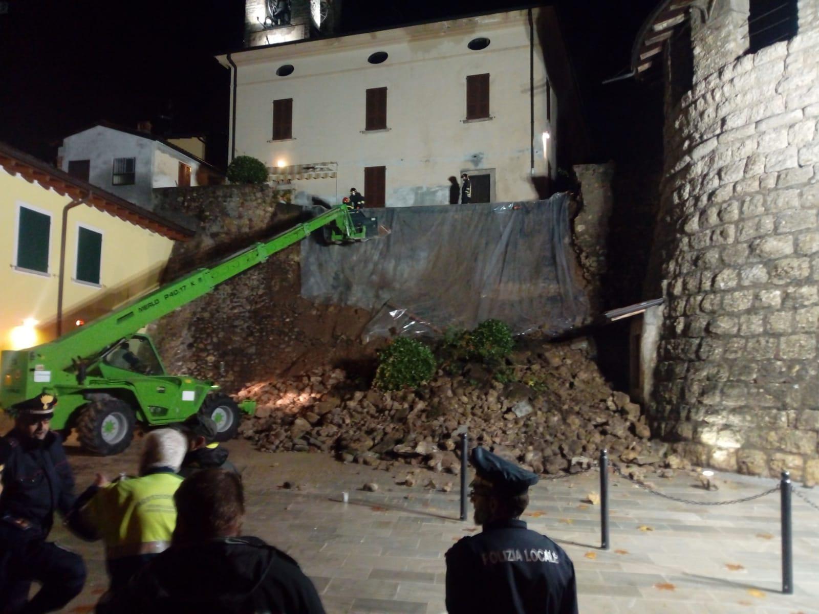 Casa Tua Arredamenti Rovato crolla muro vicino alla chiesa di rovato foto e video